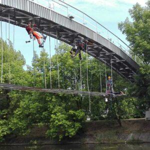 Prace wysokościowe na moście