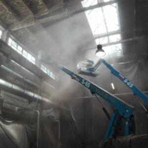 Mycie sufitu hali przemysłowej