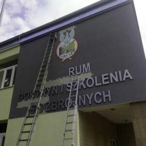 Litery 3d - montaż na budynku Centrum Doktryn i Szkolenia Sił Zbrojnych