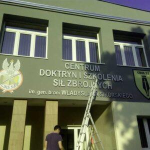 CDiSSZ - montaż oznakowania budynku