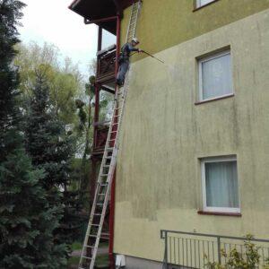 Mycie ciśnieniowe elewacji budynku mieszkalnego