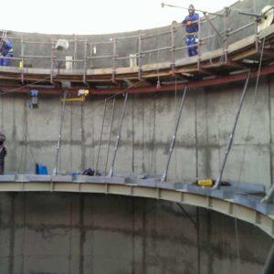 Konstrukcja stalowa w środku komina przemysłowego