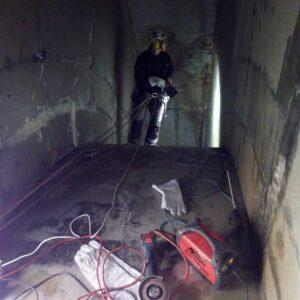Alpinista przemysłowy w trakcie pracy na wysokości