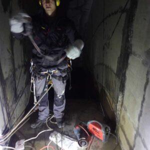 Alpinista przemysłowy w trakcie pracy