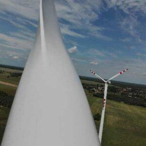 Prace wysokościowe na turbinie wiatrowej