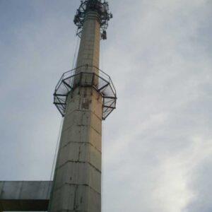 Prace wysokościowe na kominie przemysłowym